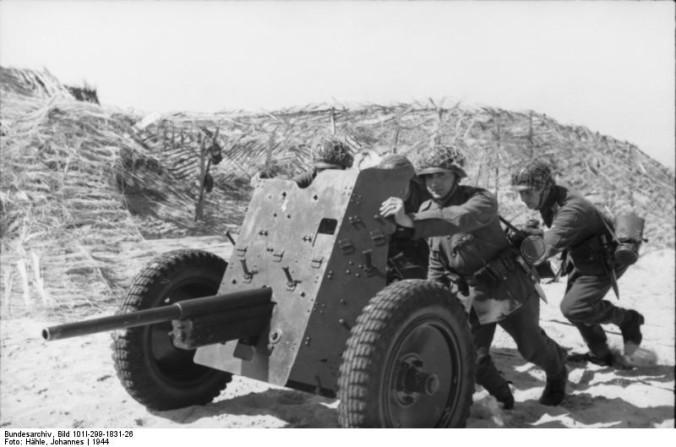 """Bundesarchiv Bild 101I-299-1831-26, Nordfrankreich, Soldaten mit Geschütz"""" von Bundesarchiv, Bild 101I-299-1831-26 / Hähle, Johannes / CC-BY-SA 3.0."""