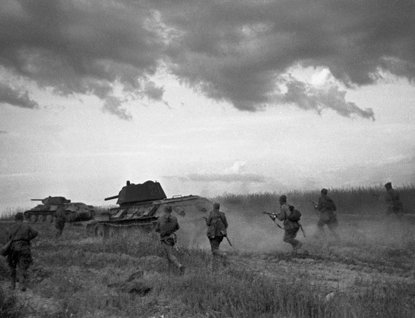 Red Army men on the offensive near Bryansk